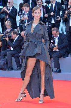 Con ella llegó el 'glamour': Emma Stone en Venecia - Vestido Gabardina diseñado en exclusiva por Jean Paul Gaultier para la firma OVS