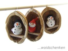 Baumanhänger Nussschale Mehr Christmas Makes, Noel Christmas, Christmas Pebble Art, Diy Christmas Ornaments, Christmas Gifts, Christmas Decorations, Holiday Decor, Walnut Shell Crafts, Xmas Crafts