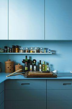 Cocina con aires retro en puro celeste, en la casa de un productor musical de Berlín.