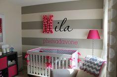 Babyzimmer-gestalten-Deko-Ideen-graue-streifen-lila-akzente