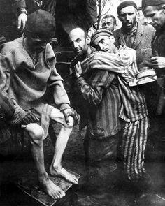 Los presos del campo de concentración Wöbbelin, liberados por la 82ª División…