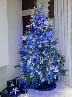 Unique Blue and silver Christmas Tree Decor Ideas. A beautiful Christmas tree can awaken the Christmas spirit of everyone who sees it. Make sure your Christmas tree looks charming and classic with … Blue Christmas Tree Decorations, Silver Christmas Tree, Beautiful Christmas Trees, Noel Christmas, All Things Christmas, Christmas 2019, White Christmas, Natural Christmas, Christmas Mantles