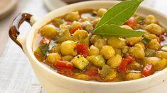 A continuación os proponemos unos sabrosos garbanzos a la mediterránea, un plato muy sencillo y nutritivo que os sacará de más de un apuro.