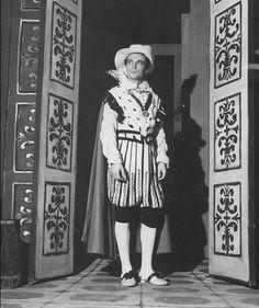 """El actor argentino Alfredo Alcón en """"El Perro del Hortelano"""", Teatro Odeón, Buenos Aires 1958. Documento fotográfico. Inventario 281104."""