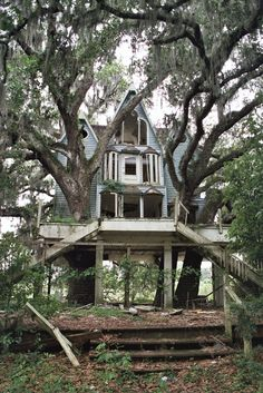 Two things I love, abandoned buildings AND tree houses. Abandoned Buildings, Abandoned Property, Old Abandoned Houses, Abandoned Mansions, Old Buildings, Abandoned Places, Old Houses, Abandoned Castles, Beautiful Buildings
