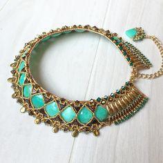 Нитки закончились, но почти готово :) больше изображениями этой зеленки надоедать не буду, обещаю 🙏 #necklace #handmade #chrysoprase #jewelry #greenstone #gold #statement #accessory #beadedjewelry #beads #gemstone #флешмобфаберже