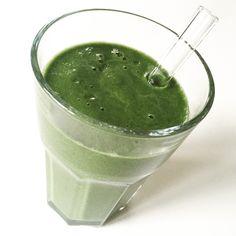 Har du svært ved at spise grøntsager om morgenen? Denne greenie med spinat og broccoli smager superskønt og er en fantastisk start på dagen.