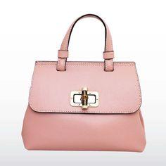 Petit sac à main en cuir rose et son fermoir bambou. Dispo sur www.mavieenstrass.com