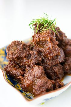 This Beef Rendang was one of the dishes I learned how to cook one rainy afternoon at Russel Wong's home (yes, the Russel Wong from Bourdain's Singapore espisode). His wife Judy can cook about as we… Spicy Recipes, Meat Recipes, Indian Food Recipes, Asian Recipes, Cooking Recipes, Beef Rendang Recipe, Comida Filipina, Malay Food, Indonesian Cuisine