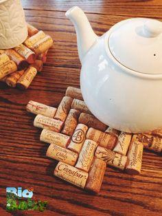 Junta corchos de botellas de vino, pégalos y crea una tabla para cosas calientes.