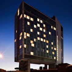 ホテル王アンドレ・バラス率いる「スタンダード・ホテル」が、ようやくニューヨーク入り。これまで、既存の建物を才気あるリノベーションでスタイリッシュなホテルへと変身させてきたことで知られる同社。NY進出に時間を要したのは、これが初めて挑む新築物件となったからでしょう。
