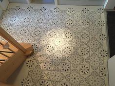 """Ein kleines Kunstwerk beweist, dass Beton nicht kalt und industriell sein muss! Béton Flow in weiß """"getupft"""". #bleibamboden. #betonflow #schablonen #betonboden #designboden #bodenkreativ Tile Floor, Flooring, Texture, Design, Diy, Crafts, Home, Palette Knife, Polka Dots"""