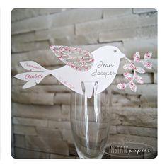 Marque place sur verre personnalisé : oiseau en liberty Eloïse avec impression de la date, de l'événement et du prénom de chaque invité : Cuisine et service de table par instanpapier