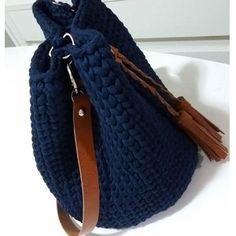 Bolsa Saco em fio de malha azul marinho e detalhes caramelo .Alças removíveis . Fazemos em diversas cores. #bolsadecroche #feitoamao #trapilho #trapillo #croche #crochet #fiodemalha #fiodemalhaecologico