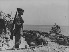 1942 - Rußland - Rumänischer Soldat auf Wache an der Schwarzmeerküste in der Nähe von Noworossijsk. Pin by Paolo Marzioli