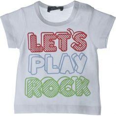 """Esta bem humorada camiseta """"Let´s Play Rock"""" é uma boa pedida para a criançada. Com um pano 100% algodão a Nosh! fez uma peça confortável ideal para os meninos brincarem à vontade! Não perca a oportunidade de deixar seu filho lindo e pronto para a diversão, com uma peça de alta qualidade e com um design lindo."""