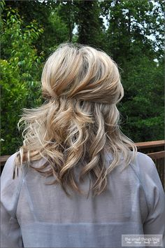 The Small Things Blog: Pinned Half Up...also has a great tutorial on this blog about how to tease hair... Medium Hair Styles, Short Hair Styles, Teased Hair, Wedding Hairstyles Half Up Half Down, Half Updo, Bridesmaid Hair, Bridesmaids, Hair Today, Hair Dos