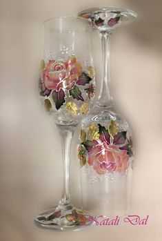 Everything made of Glass Decorated Wine Glasses, Hand Painted Wine Glasses, Wine Glass Crafts, Wine Bottle Crafts, Bottle Painting, Bottle Art, Painted Glass Vases, Glass Painting Designs, Decoupage Glass