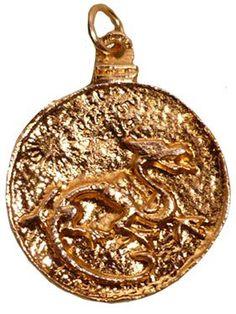 Amulette du Dragon Rouge, en Or plaqué. Portée par des personnes pratiquant la magie, ce Dragon représenté tel que représenté dans un grimoire datant de 1521. Il améliore la réussite des  expériences magiques grâce aux invocations en offrant une protection couplée avec un entagramme..