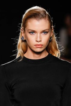 Stella Maxwell Photos - Stella Maxwell walks the runway at the Versace Pre-Fall 2019 Collection at The American Stock Exchange on December 2018 in New York City. Stella Maxwell, Lucy Hale, Kate Middleton, Versace, Laura Harrier, Maxwell Photos, American Stock, Spring Studios, Celebrity Look