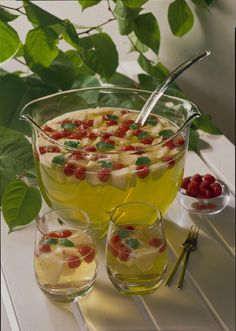 Ananas-Himbeer-Bowle Our popular recipe for pineapple raspberry punch and more than more free recipes on LECKER. High Glycemic Index Foods, Delicious Fruit, Yummy Food, Glace Fruit, Big Donuts, Raspberry Punch, Punch Recipes, Drink Recipes, Fiber Foods