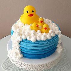 Rubber Ducky Cake ... adorable!  @loucaporfestas ...