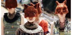 La Tokyo Fashion Week dio inicio con un desbordamiento de colores y de estampados, que van desde las mariposas, los besos y las formas geométricas con novedosas simetrías, que dominaron los desfiles iniciales.