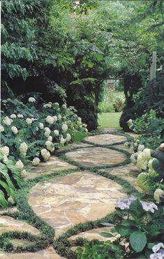 100 Bilder zur Gartengestaltung – die Kunst die Natur zu modellieren - gehweg aus stein und grasfiguren