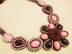 Maxi colar com base feltro, com pedrarias nas cores rosa e marrom, além de strass na cor cristal. Com vidrilhos e miçangas bordados à mão. Peça única. R$90,00
