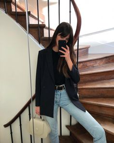 French Girls Love Wearing Jeans With This Key Item If you're looking for a new go-to look, consider this stylish outfit French girls wear with jeans. Trend Fashion, Look Fashion, Fashion Outfits, Fashion Night, Fashion Fall, Womens Fashion, Edgy Style, Parisian Style, Pantalon Bleu Marine