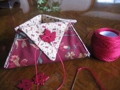 Make a Thread Catcher in Less Than 30 Minutes - Sister's Choice Quilts Quilt Tutorials, Sewing Tutorials, Sewing Patterns, Bag Tutorials, Purse Patterns, Fabric Boxes, Fabric Scraps, Fabric Basket, Fabric Storage