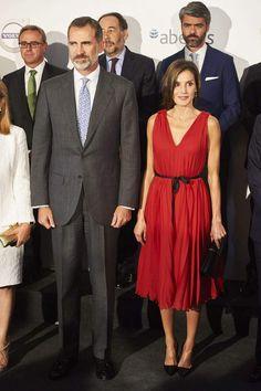 PHOTOS - Letizia d'Espagne, sa robe rouge décolletée fait chavirer le roi Felipe