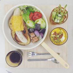 . good morning thursday :-}))) . #goodmorning #morning #breakfast #yummy #goodfood #instafood #onthetable  #homemade #foodie #foodstagram #igfood #foodphotography #foodphoto #yum #2eat2gether #S_S_iloveBreakfast #朝食 #早餐 #goodmorning #早安 #おはようございます #切達火腿香蕉法吐 #法吐 #法式吐司 #cheese_ham_bansna_frenchtoast #フレンチトースト #frenchtoast