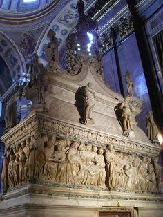 Bologna,L'Arca di Nicolo'dall'Arca, contenente le spoglie di San Domenico, dentro la stessa Basilica di San Domenico. Tra le figure scolpite c'e'un'opera giovanile di Michelangelo.