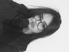 Selfie Poses For Girls With Glasses Cute Girl Photo, Girl Photo Poses, Girl Poses, Teenage Girl Photography, Tumblr Photography, Jess Conte, Cute Selfie Ideas, Portrait Photography Poses, Bad Girl Aesthetic