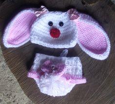 conjunto confeccionado em crochê. <br>detalhes - pompom, botões, lacinhos, renda e perola <br>cor - branco com detalhes em rosa <br>tamanhos - RN/ 1 a 3 / 3 a 6 / 6 a 9 meses