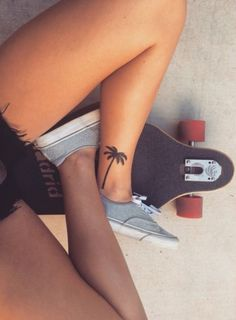 Ankle Tattoos for Women - Anklet Tat Ideas - Palm Tree - Ankle Tattoo Designs Tattoo Life, Hawaiianisches Tattoo, Piercing Tattoo, Back Tattoo, Piercings, Cameo Tattoo, Tattoo Outline, Lettering Tattoo, Armband Tattoo