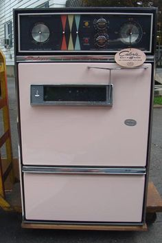 never used pink vintage stove found in the garbage! wow! awesome find!