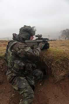 An Irish soldier using the newly upgraded Steyr Aug.[1181 x 1772]