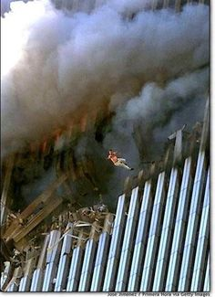 ~ A man leaps to his death from a fire + smoke filled North Tower of the World Trade Center, on September 2001 in New York City after terrorists crashed two hijacked passenger planes into the twin towers. World Trade Center, Trade Centre, We Will Never Forget, Lest We Forget, Don't Forget, Photo Choc, 11 September 2001, Moslem, Historia Universal