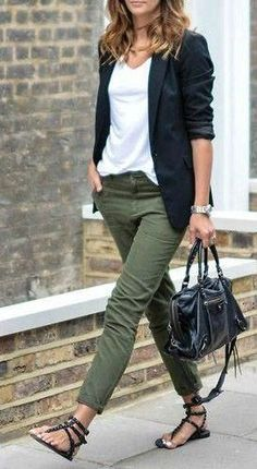 What To Wear With Green Pants: 32 Casual And Business Looks wearing a casual dress Outfits Casual, Style Casual, Mode Outfits, Casual Chic, Casual Attire, White Casual, Casual Wear, Fashion Pants, Look Fashion