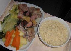 Le Pot-au-feu à la portugaise est un plat traditionnel portugais. C'est un plat composé d´une variété de légumes, viandes et saucisses cuites. Portuguese Recipes, Good Food, Rice, Chicken, Meat, Cooking, Desserts, Table, Foods