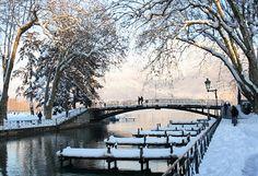 Le pont des amours (lovers bridge) en hiver, lac annecy, France