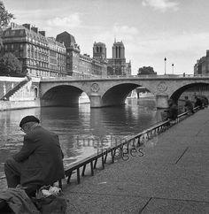 Brücke in Paris, 1963 keberlein/Timeline Images #60s #1960s #60er #StreetPhotography #Straßenfotografie #Frankreich #Seine #Bridge