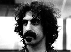 """Frank Zappa  Frank Zappa nacque il 21 dicembre 1940 a Baltimora, fu un grande chitarrista e musicista rock che compose circa ottanta album dal primo """"Freak Out"""" del 1966. Morì di cancro il 4 dicembre del 1993 a Los Angeles (Photo by Evening Standard/Getty Images)"""