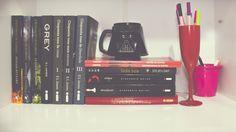 07) Na Prateleira: Meus livros favoritos e minha caneca do lado negro da força - parece que o sinal da internet ta voltando   #desafioprimeira #prateleira #livros #books #caneca #DarthVader