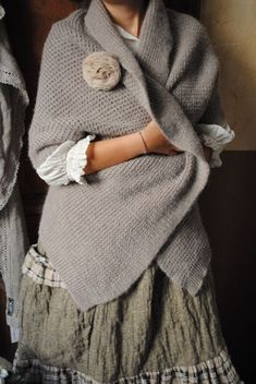 Pin by Stefania Carenini on tricot Knitted Cape, Knitted Shawls, Crochet Shawl, Knit Crochet, Mode Style, Style Me, Gris Rose, Estilo Fashion, Shawls And Wraps