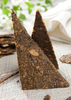 Gule knækbrød Sunde og velsmagende knækbrød proppet med kerner, korn og frø. Opskriften er beregnet til to bageplader.  Denne opskrift kommer fra Slankedoktor.dk.