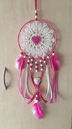 Handmade dreamcatcher or dream catcher. The Center is crocheted in cotton. The diameter of the circle is about 18 cm to 50 cm length. It is white and fuchsia, adorned with wooden beads, feathers and satin ribbon. Feel free to contact me for any question, thanks. Enjoy your visit to my shop