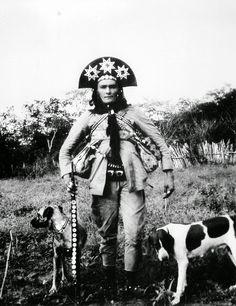 """Cristino Gomes da Silva Cleto - O Corisco, ladeado por """"seu Colega"""" e a cadela """"Jardineira""""."""